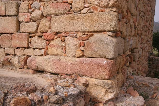 Statue-Menhir intégrée dans la Cathédrale