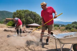 Les archéologues de l'INRAP fouillent l'empierrement dont la fnction est jusqu' alors indéterminée