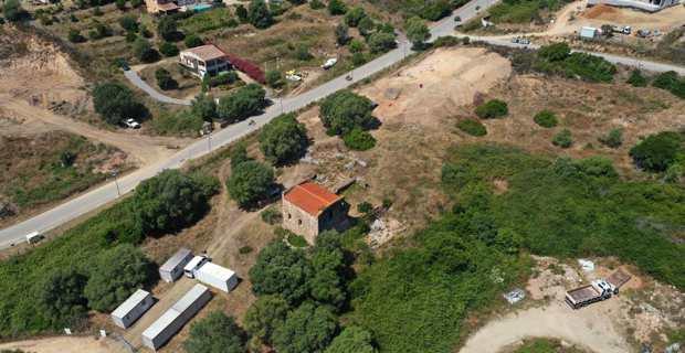 Au premier plan, la Cathédrale de Sant'Appianu et au second le site en cours de fouilles