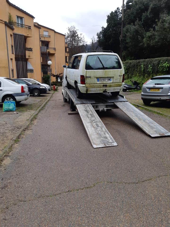 Enlèvement des véhicules ventouses sur le parking de l'HLM